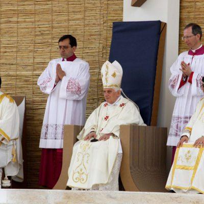 Mobiliers en carton - Visite du pape à Malte